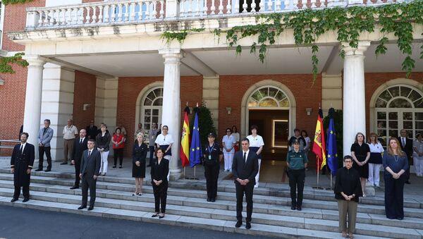 İspanyol parlamentosu bir dakikalık sessizliğe gömülürken, Başbakan Pedro Sanchez başta olmak üzere hükümet mensupları da saygı duruşunda bulundu. - Sputnik Türkiye