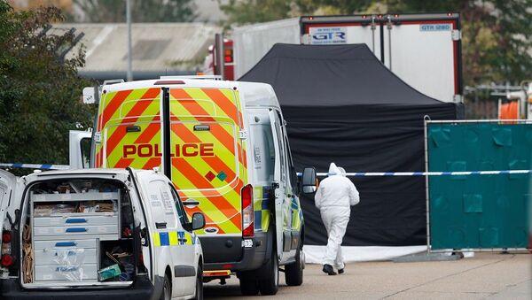 İngiltere'de TIR arkasında bulunan 39 cesetle ilgili Belçika ve Fransa'da 26 kişi tutuklandı - Sputnik Türkiye