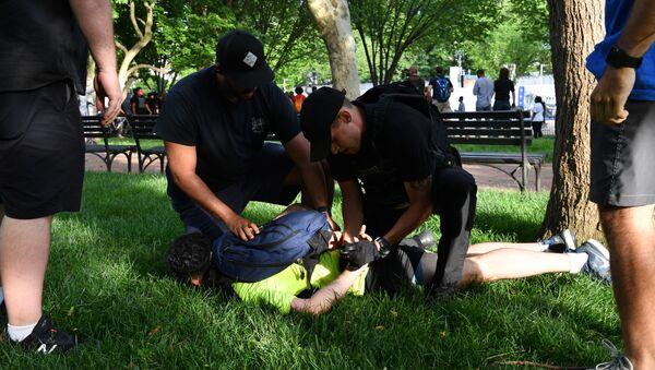 ABD'nin Minnesota eyaletinde polis tarafından gözaltına alınırken öldürülen siyahi George Floyd için Washington DC'de düzenlenen protestoda gösterilerle polis arasında arbede çıktı. - Sputnik Türkiye