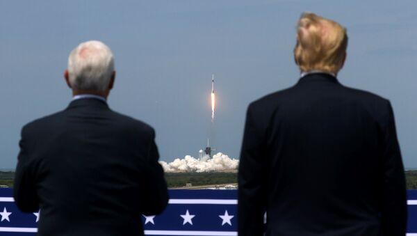 ABD Başkanı Donald Trump ve Başkan Yardımcısı Mike Pence, SpaceX'in Falcon 9 uzay mekiğinin fırlatılışını izledi. - Sputnik Türkiye