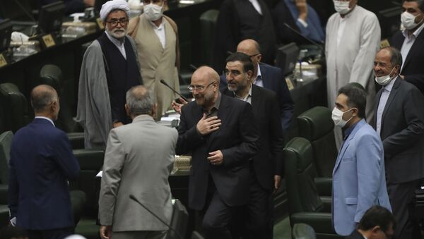 İran'ın yeni Meclis Başkanıseçilen Muhammad Bakır Kalibaf milletvekillerini selamlarken - Sputnik Türkiye