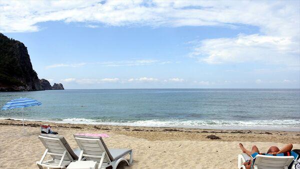 Antalya'nın dünyaca ünlü plajları, yeni tip koronavirüs (Kovid-19) kısıtlamasının kaldırılmasıyla sabahın ilk ışıklarından itibaren ilgi gördü. Alanya ilçesinde yerli ve yabancı tatilcilerin bir kısmı dünyaca ünlü Kleopatra Plajı'nı tercih etti. - Sputnik Türkiye