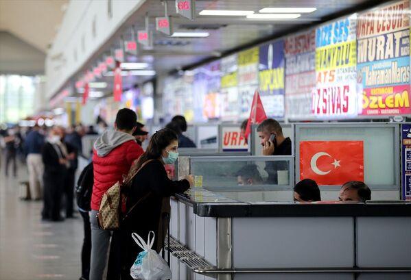 Muavinler, otobüslere binen yolculara kolonya ve dezenfektan verdi.  - Sputnik Türkiye