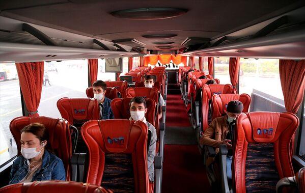 Yolcular, yarı dolulukla hizmet verilen otobüslerde aralıklı oturtuldu.  - Sputnik Türkiye