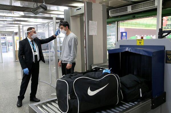 Seyahat sınırlamasının kaldırılmasının ardından vatandaşlar, Ankara Şehirler Arası Otobüs Terminali'ne (AŞTİ) akın etti.  - Sputnik Türkiye