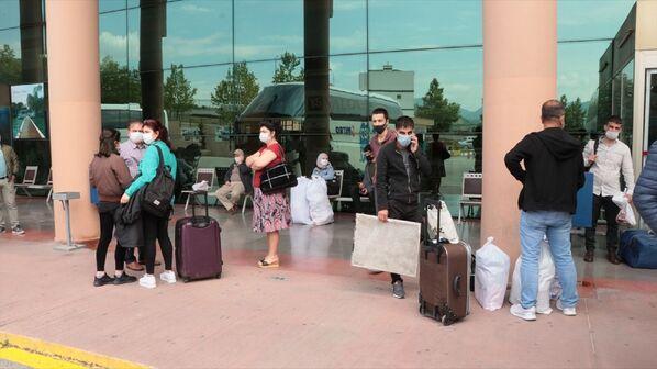 Yeni tip koronavirüs (Kovid-19) tedbirleri kapsamında, 14 il ile Zonguldak'a uygulanan seyahat kısıtlamasının kaldırılmasının ardından Yalova Belediyesi Şehirlerarası Otobüs Terminali'nde yoğunluk oluştu.  - Sputnik Türkiye