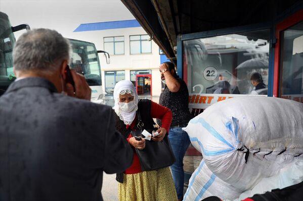 Esenler'deki 15 Temmuz Şehitler Otogarı'nda yeni normalin ilk gününde yolcu hareketliliği yaşanıyor. - Sputnik Türkiye