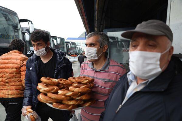 Şehirler arası seyahat yasağının kaldırılmasıyla birlikte 15 Temmuz Şehitler Otogarı'nda çalışan esnaf, iş yerlerine dönmenin mutluluğunu yaşıyor. - Sputnik Türkiye