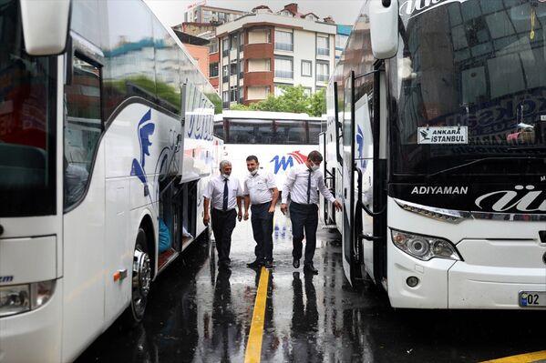 Yasak nedeniyle İstanbul'da kalan birçok kişinin, memleketlerine dönmek için otogarın yolunu tutması yoğunluğa yol açtı. - Sputnik Türkiye