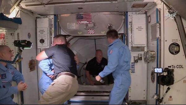 ABD'li ünlü girişimci Elon Musk'ın kurucusu olduğu SpaceX'in Falcon 9 roketi ile uzaya fırlattığı NASA'nın Crew Dragon ekibi, ISS ekibiyle buluştu. - Sputnik Türkiye