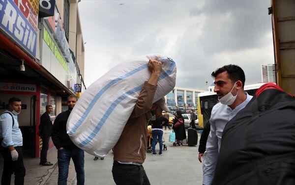 Yeni tip koronavirüs (Kovid-19) salgını nedeniyle mart ayından bu yana alınan çeşitli kısıtlama tedbirlerinin hafifletilmesiyle hayat kısmi olarak normale dönerken, İstanbul da şehirler arası seyahat yasağının kaldırılmasının ilk gününe yoğun başladı. - Sputnik Türkiye