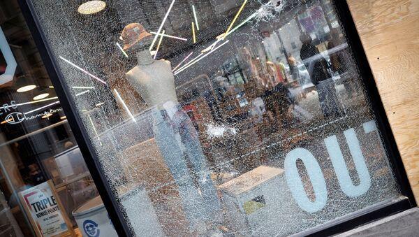 New York'taki George Floyd protestoları sırasında yapılan yağmalamalar - Sputnik Türkiye