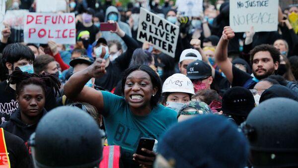 ABD'de siyahi Amerikalı George Floyd'un polis şiddeti sonucu hayatını kaybetmesinin ardından başlayan ve ülke geneline yayılan ırkçılık karşıtı protestolar devam ediyor. - Sputnik Türkiye
