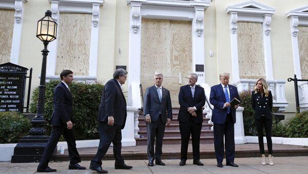 St. John Kilisesi önünde poz verenler soldan sağa Savunma Bakanı Mark Esper, Adalet Bakanı William Barr, Ulusal Güvenlik Danışmanı Robert O'Brien, Beyaz Saray Genel Sekreteri  Mark Meadows, elinde İncil tutan Başkan Donald Trump ve Beyaz Saray Basın Sözcüsü Kayleigh McEnany - Sputnik Türkiye