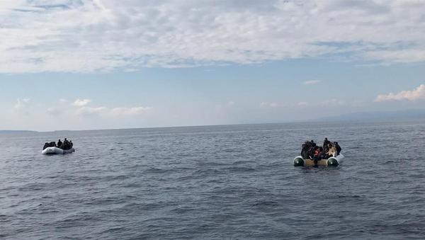 Yunan sahil güvenliğince Türk kara sularına itildikleri iddia edilen sığınmacılar kurtarıldı - Sputnik Türkiye