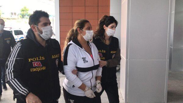 Eskişehir'de tartıştığı erkek arkadaşını bıçakla öldüren Özlem Çatalbaşoğlu  - Sputnik Türkiye