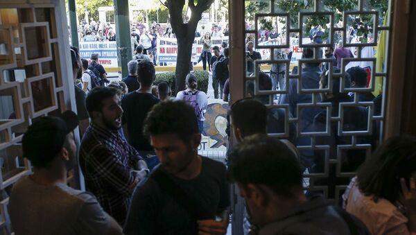 Yunanistan'da göstericiler Turizm Bakanlığı binasına zorla girdi - Sputnik Türkiye
