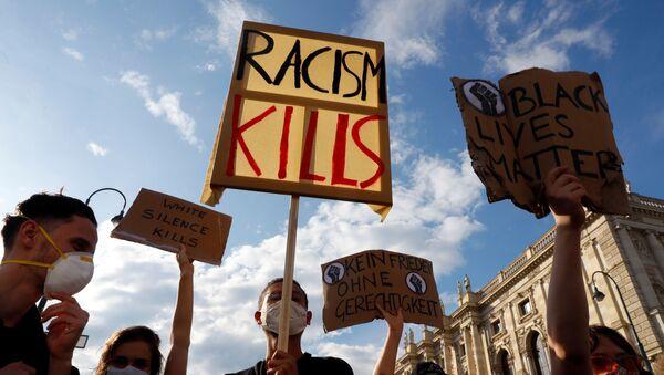 ABD'de siyahi George Floyd'un polis şiddeti sonucu yaşamını yitirmesi, Avusturya'nın başkenti Viyana'da protesto edildi. - Sputnik Türkiye