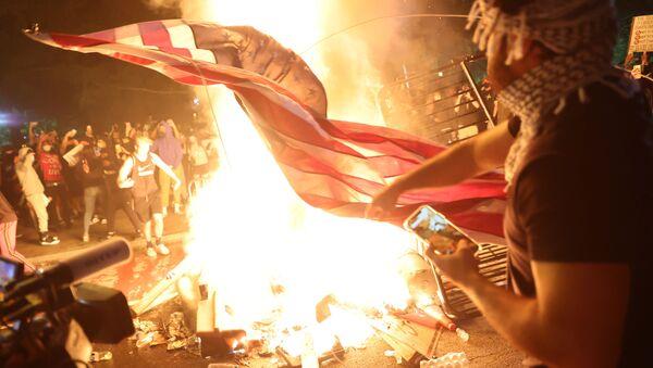 Başkent Washington D.C.'deki George Floyd protestolarında ABD bayrağı yakan protestocular, 31 Mayıs 2020 - Sputnik Türkiye