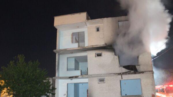 Elazığ depreminde ağır hasar gören 3 katlı boş binada yangın çıktı, itfaiye ekipleri tarafından söndürüldü. - Sputnik Türkiye