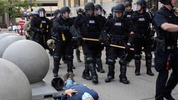 ABD'de Buffalo kentindeki George Floyd protestoları sırasında polis, 75 yaşındaki Martin Gugino'yu iterek yere düşürdü. - Sputnik Türkiye