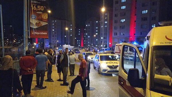 Başakşehir'de bir sitenin eski ve yeni yönetimi arasında çıkan kavgada, emekli polis olduğunu öğrenilen bir şahıs, tartıştığı kişilere mermi yağdırdı.  - Sputnik Türkiye