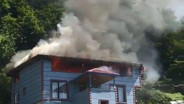 Kocaeli'nin Kartepe ilçesinde çatı katında yapılan mangaldan sıçrayan alevlerin izolasyon malzemelerini tutuşturması sonucunda 2 katlı ev alev alev yandı. - Sputnik Türkiye
