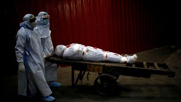 Hindistan'da koronavirüs sebebiyle yaşamını yitiren bir hastayı nakleden sağlık görevlileri - Sputnik Türkiye