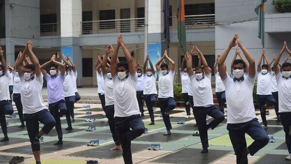 Bangladeş polisi, salgın süresince daha sağlıklı olabilmek adına toplu yoga seansı gerçekleştirdi. - Sputnik Türkiye