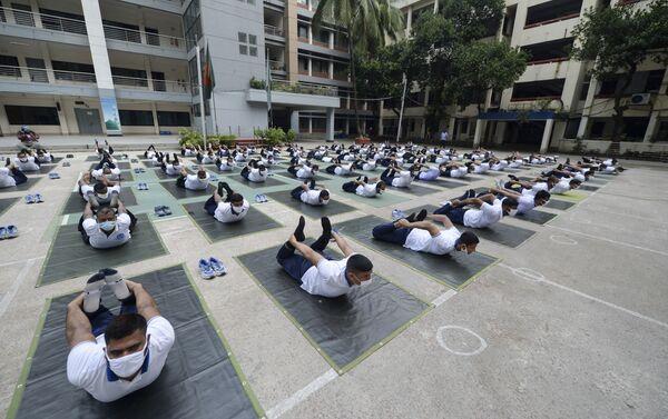 Toplu yoga dersine katılan 100 kadar polis, sosyal mesafelerini koruyarak nefes ve esneme egzersizleri gerçekleştirdi. - Sputnik Türkiye