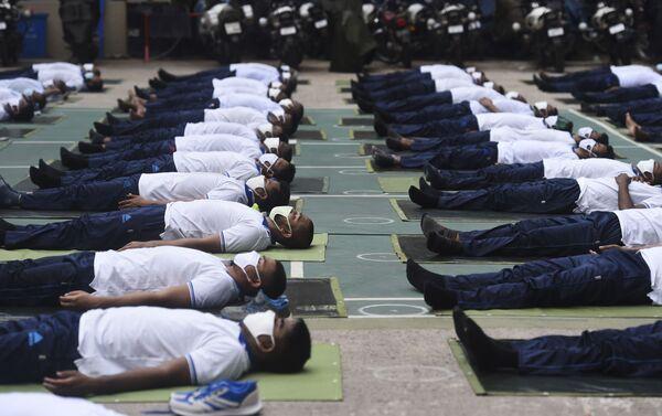 """Polislere ders veren yoga eğitmeni, Bir polisin fit olması önemli. Yoga ayrıca nefes konusunda da onlara yardımcı olur"""" ifadelerini kullandı. - Sputnik Türkiye"""