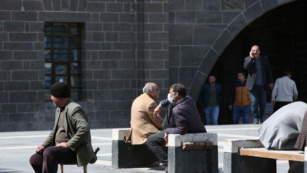 Türkiye'de vaka sayısının en yüksek olduğu mayıs ayı ortalarında Diyarbakır'da vaka sayısı 60'lara kadar düşmüştü. Ramazan Bayramı ve normalleşme süreci ile birlikte 10 günlük süreç içerisinde vakalar arttı. - Sputnik Türkiye