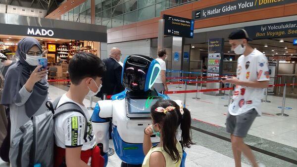 SabihaGökçen Havalimanı'ndaki koronavirüs önlemlerine Aerobot da katıldı - Sputnik Türkiye