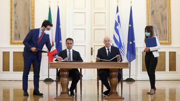 İtalya ve Yunan Dışişleri Bakanları Luigi Di Maio ve Nikos Dendias, İyonya Denizi'nde yetki alanlarının sınırlandırılması anlaşmasını imzalarken, Atina, 9 Haziran 2020 - Sputnik Türkiye