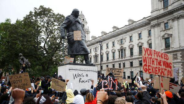 Londra'daki 'Siyahların Yaşamları Değerlidir' protestosunda, Birleşik Krallık'ı 2. Dünya Savaşı cehenneminden çıkarmasıyla hatırlanan dönemin başbakanı Winston Churchill'in heykeline unutulan geçmişine atıfla 'Irkçıydı' diye yazıldı. (7 Haziran 2020) - Sputnik Türkiye