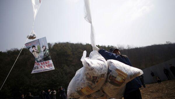 Çoğunlukla Güney Kore'de yaşayan Kuzeyli ilticacılar tarafından hazırlanan bildiriler, Pyongyang'ın insan hakları karnesini ve nükleer çalışmalarını hedef alıyor. - Sputnik Türkiye