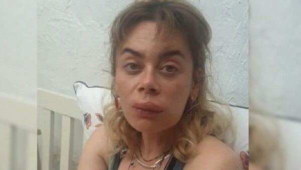 Demet Evgar dudağından ve ayağından sokan arı için şarkı yaptı - Sputnik Türkiye