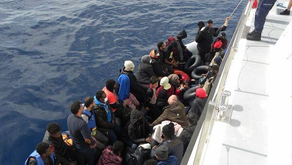 İzmir'de Türk karasularına geri itilen 42 sığınmacı kurtarıldı - Sputnik Türkiye