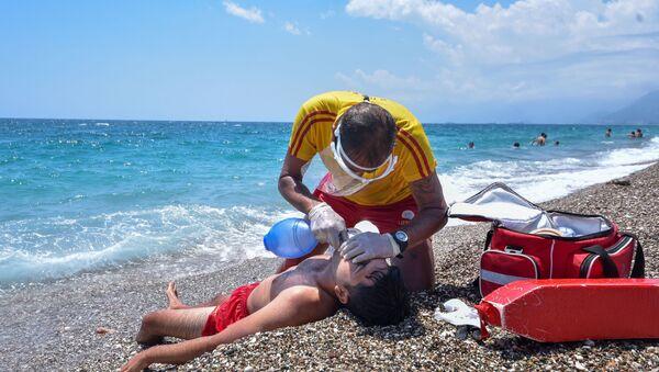 Antalya'da cankurtaranlar temas ederek suni teneffüs yapamayacak  - Sputnik Türkiye