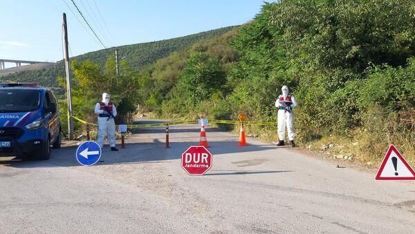 Kocaeli'nin Dilovası ilçesinde asker uğurlamasına katılan aynı aileden 3 kişinin koronavirüs testleri pozitif çıkması sonrasında, uğurlamaya katılan yakınlarının da aralarında olduğu 150 kişinin yaşadığı sokak karantinaya alındı. - Sputnik Türkiye