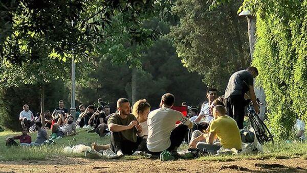 Sokağa çıkma kısıtlamasının olmadığı ikinci hafta sonu öncesi Maçka Parkı'nda yoğunluk - Sputnik Türkiye