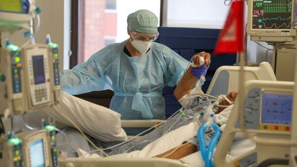 ABD'nin Kaliforniya eyaletindeki Ortak Ruhun Onuru Hastanesi'nin yoğun bakım biriminde koronavirüs tedavisi - Sputnik Türkiye