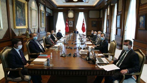 Türkiye Cumhurbaşkanı Recep Tayyip Erdoğan, Cumhurbaşkanlığı Külliyesi'nde Yüksek İstişare Kurulu Toplantısına katıldı. - Sputnik Türkiye