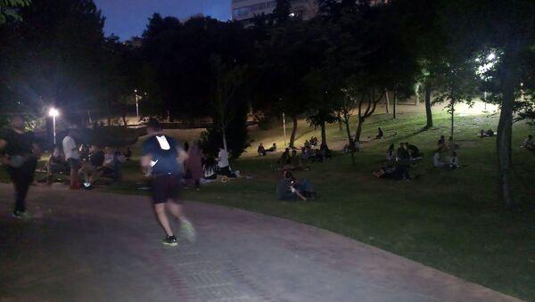 Koronavirüse aldırış etmeyerek akşam saatlerinde Maçka Parkı'na gelen gençler ne sosyal mesafe kuralına uydu, ne de maske takarak virüse karşı önlem aldı. - Sputnik Türkiye