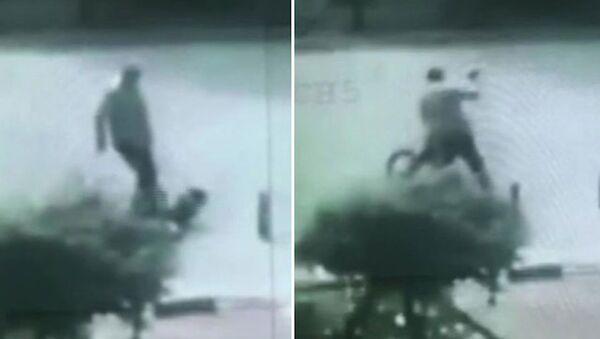 Sürücünün, 9 yaşındaki bisikletliyi tekme- tokat dövdüğü anlar kamerada - Sputnik Türkiye