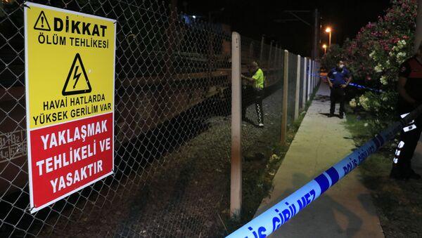 Adana'da hemzemin geçitten geçerken yük treninin çarptığı kişi hayatını kaybetti. - Sputnik Türkiye