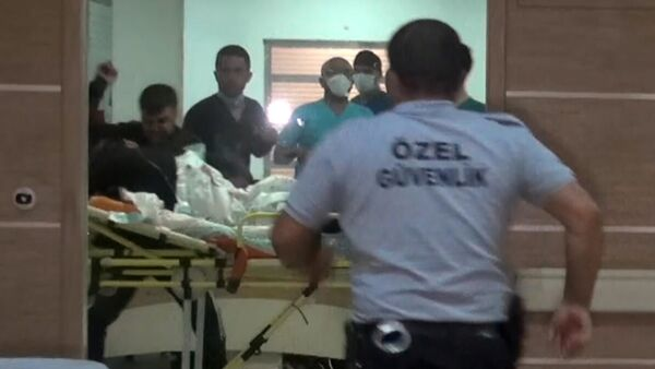 Karaman'da 'yan baktığı' gerekçesiyle bıçakladıkları Osman B.'ye götürüldüğü hastanede sedyeyle taşındığı sırada yumrukla saldıran kardeşler İsmet G. ve Murat G. adliyeye sevk edildi. - Sputnik Türkiye