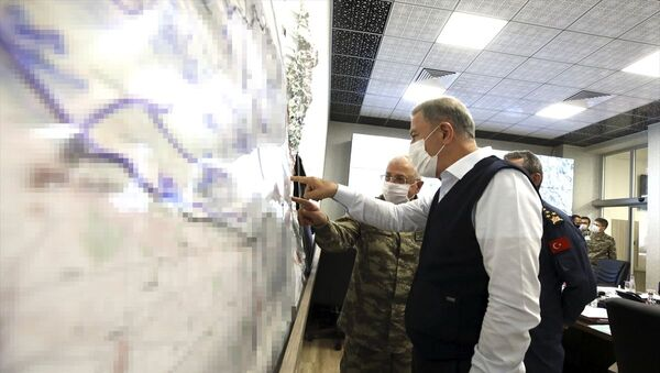 Milli Savunma Bakanı Hulusi Akar ve TSK Komuta Kademesi, Irak'ın kuzeyi Haftanin'de başlatılan Pençe-Kaplan Operasyonu'nu Kara Kuvvetleri Komutanlığı Harekat Merkezi'nden sevk ve idare etti. - Sputnik Türkiye