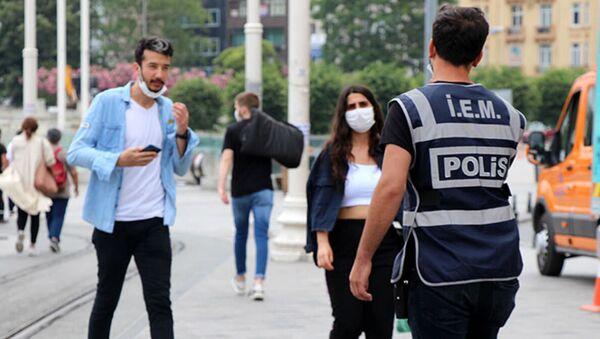 İstanbul'da denetim: 'Ben virüse de hastalığa da inanmıyorum, para ödememek için maske takıyorum' - Sputnik Türkiye