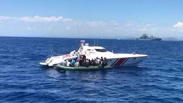İzmir'de Türk karasularına geri itilen 56 sığınmacı kurtarıldı - Sputnik Türkiye
